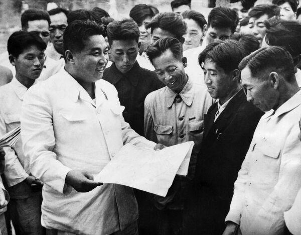 1962, Kim Il Sung incontra gli operai della fabbrica di lavorazione del ferro di Hwanghai - Sputnik Italia
