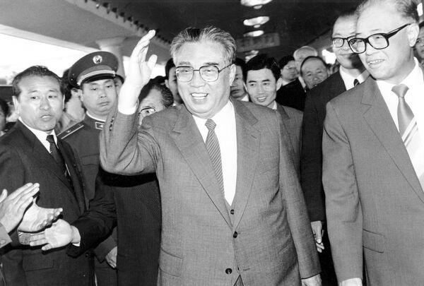 1987, Kim Il Sung (al centro) ed il premier cinese Zhao Ziyang alla stazione di Pechino - Sputnik Italia