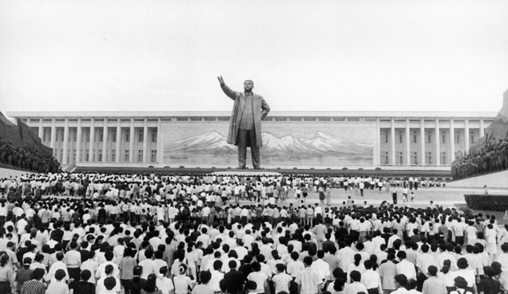 1997, folla a Pyongyang nel terzo anniversario della morte del leader Kim Il Sung