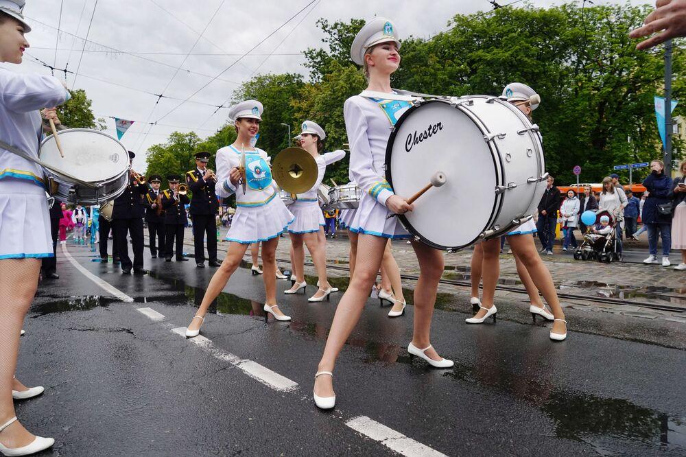 Le batteriste si esibiscono durante il Giorno di Città a Kaliningrad, Russia.