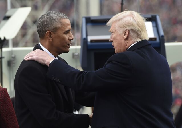 Barack Obama stringe la mano al presidente Donald Trump