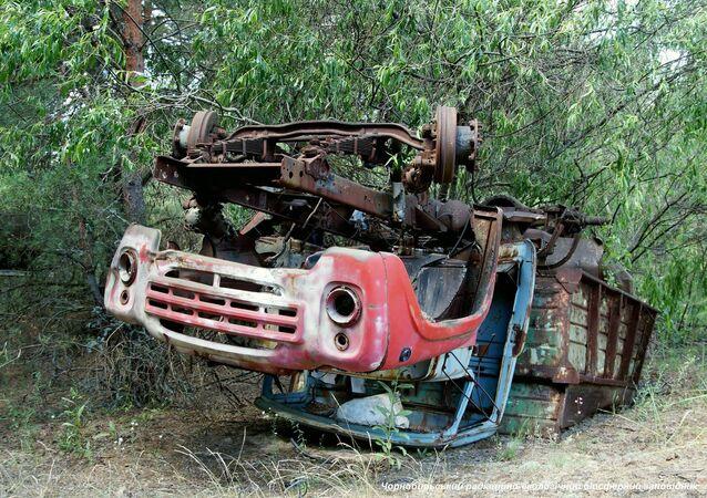 Un vecchio camion arrugginito trovato nella zona di alienazione di Chernobyl