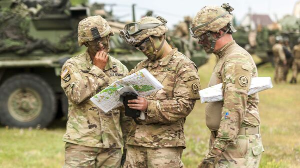 Soldati americani stanno esaminando una mappa durante le esercitazioni della NATO Saber Guardian, Romania - Sputnik Italia