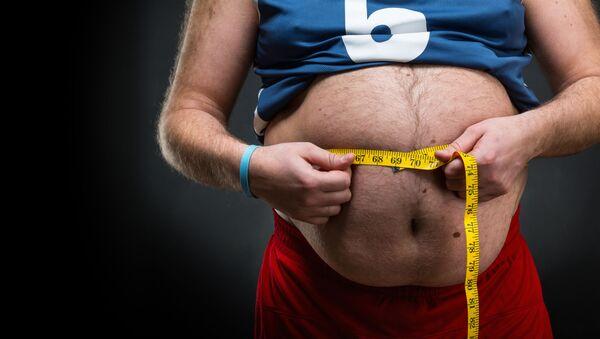 Uomo con peso in eccesso misura la circonferenza vita - Sputnik Italia