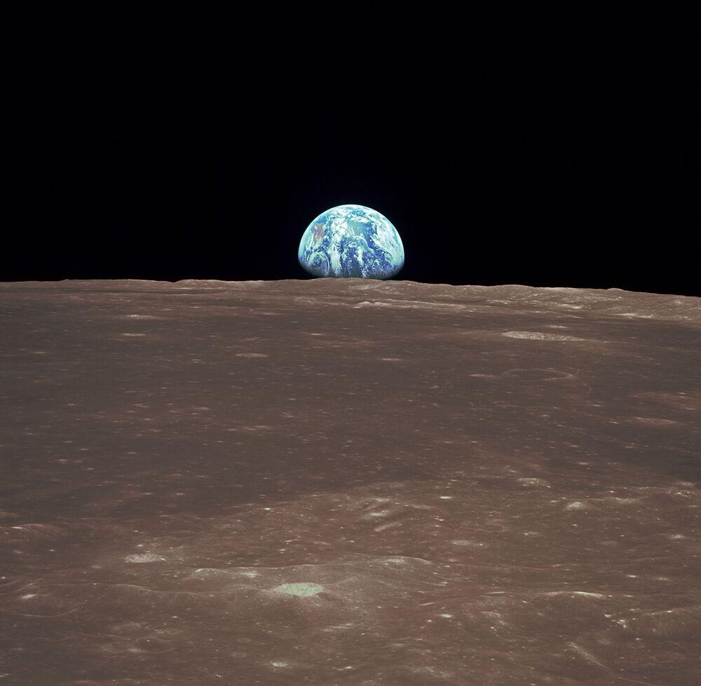 La Terra all'orizzonte vista dalla Luna