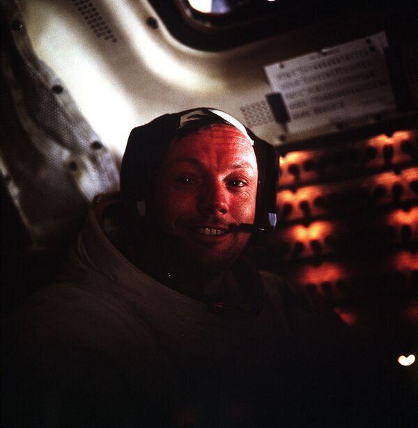 Neil Armstrong all'interno del modulo lunare Apollo-11 - Sputnik Italia