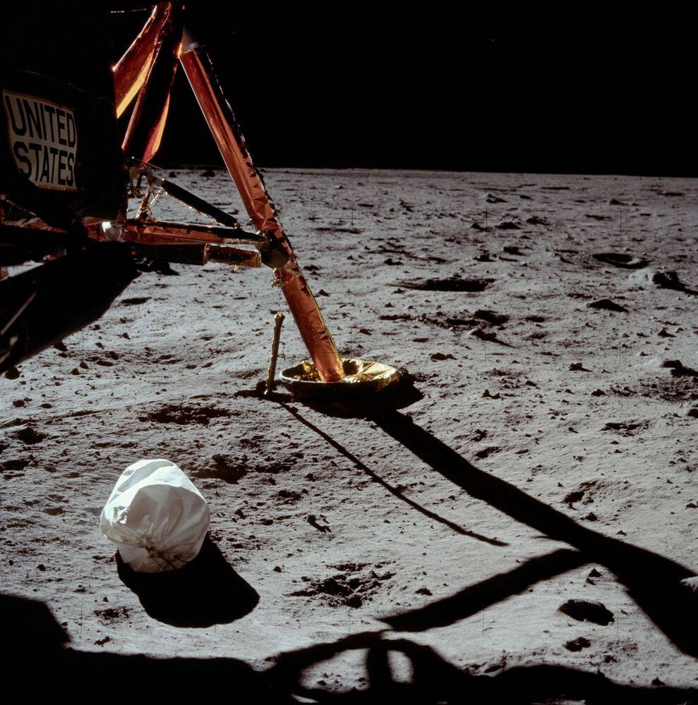 La prima fotografia fatta da Neil Armstrong dopo l'uscita sulla superficie lunare