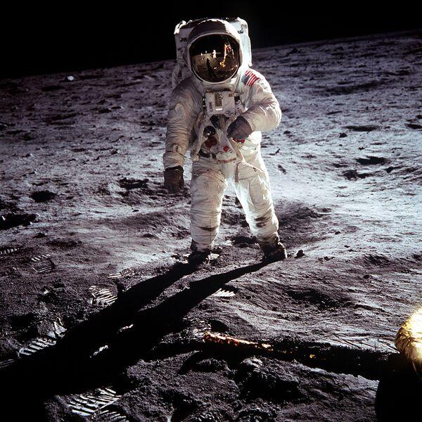 Buzz Aldrin durante lo svolgimento della missione sulla superficie lunare, che prevedeva il prelievo di campioni del suolo lunare nel Mare della Tranquillità - Sputnik Italia