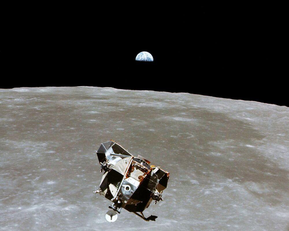 Il modulo lunare Eagle, distaccatosi dal modulo di comando Columbia, dal quale venne scattata questa fotografia