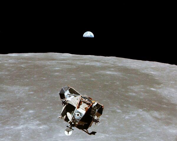 Il modulo lunare Eagle, distaccatosi dal modulo di comando Columbia, dal quale venne scattata questa fotografia  - Sputnik Italia