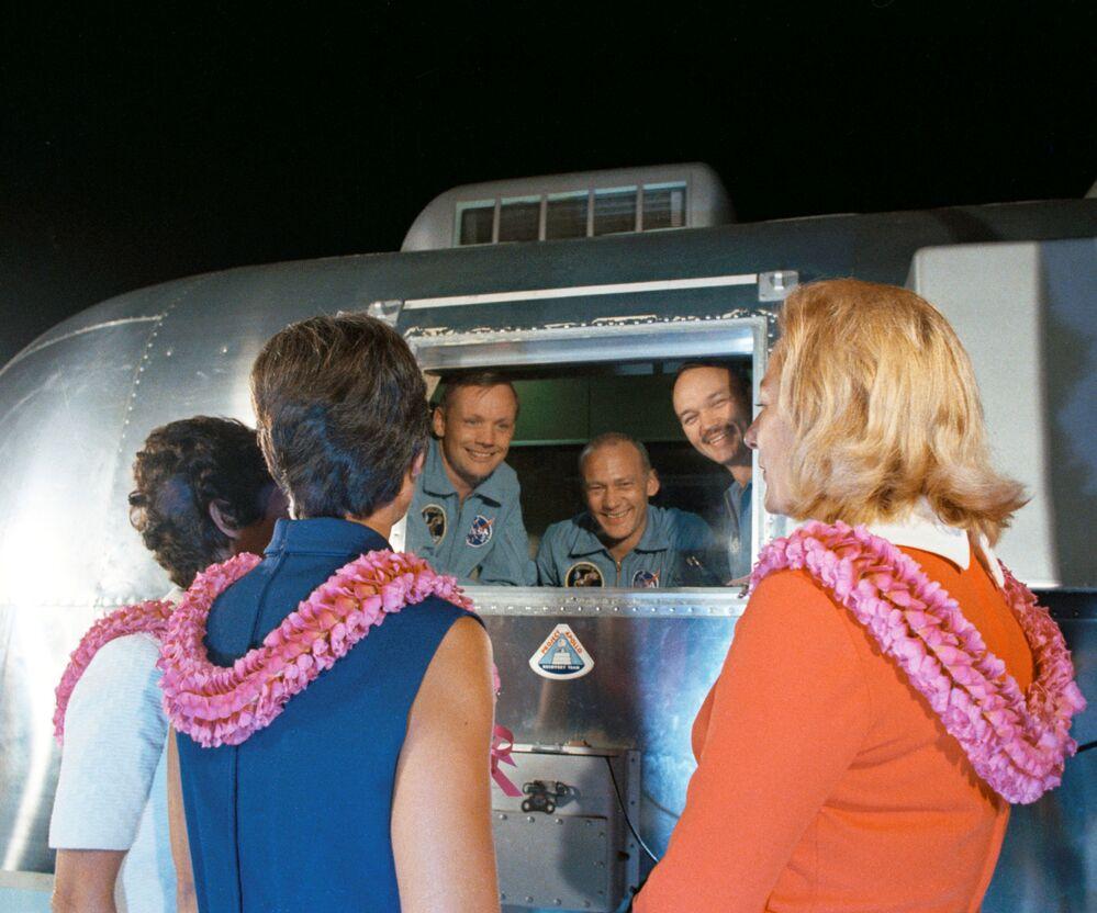 27 luglio 1969, gli astronauti incontrano le rispettive mogli al rientro a Terra