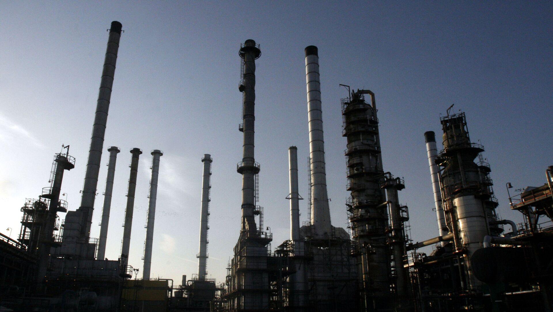 Impianto petrolifero a Teheran, Iran - Sputnik Italia, 1920, 08.02.2021