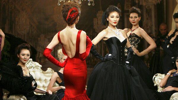 Modelle in posa con dei gioielli di lusso a Shangai - Sputnik Italia