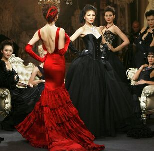 Modelle in posa con dei gioielli di lusso a Shangai