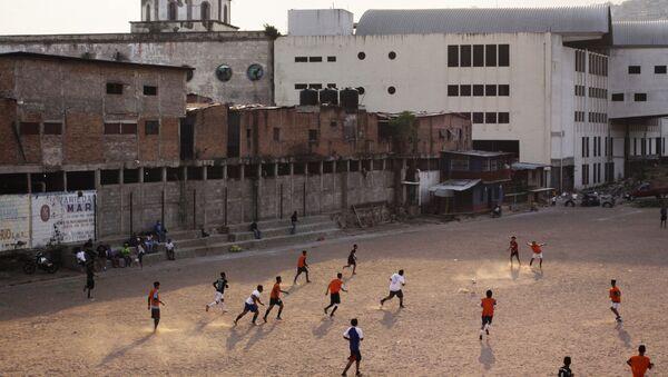 Cittadini giocano a calcio nella Capitale dell'Honduras Tegusigalpa - Sputnik Italia