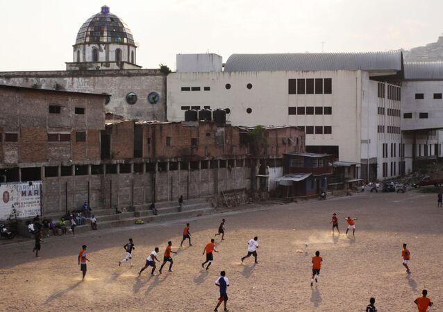 Cittadini giocano a calcio nella Capitale dell'Honduras Tegusigalpa