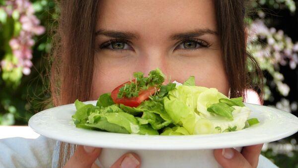 Ragazza regge piatto con insalata - Sputnik Italia