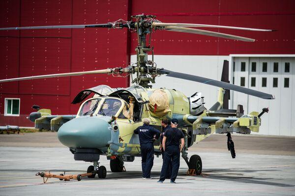Tecnici al lavoro intorno ad un elicottero Ka-52 Alligator prima di un volo di collaudo - Sputnik Italia