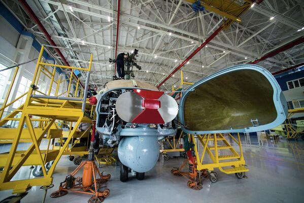 L'assemblaggio di un'antenna della stazione di radiolocazione di un elicottero Ka-52 Alligator - Sputnik Italia