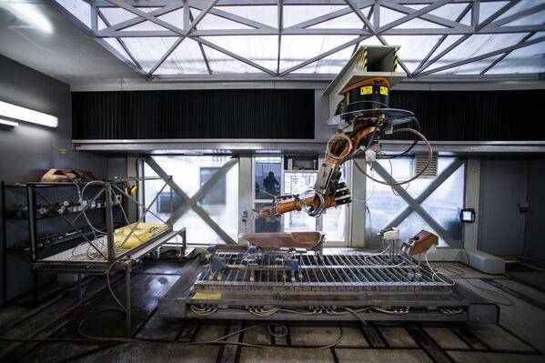 L'impianto di taglio dei pezzi usati per costruire i vari componenti dell'elicottero - Sputnik Italia