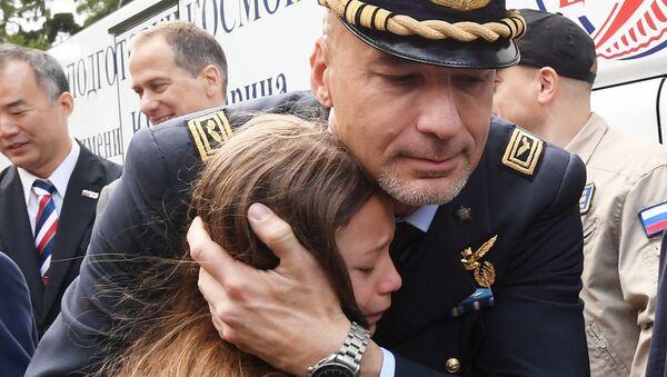 Luca Parmitano saluta la figlia prima del lancio: tornerà sulla Terra solo a febbraio 2020 - Sputnik Italia
