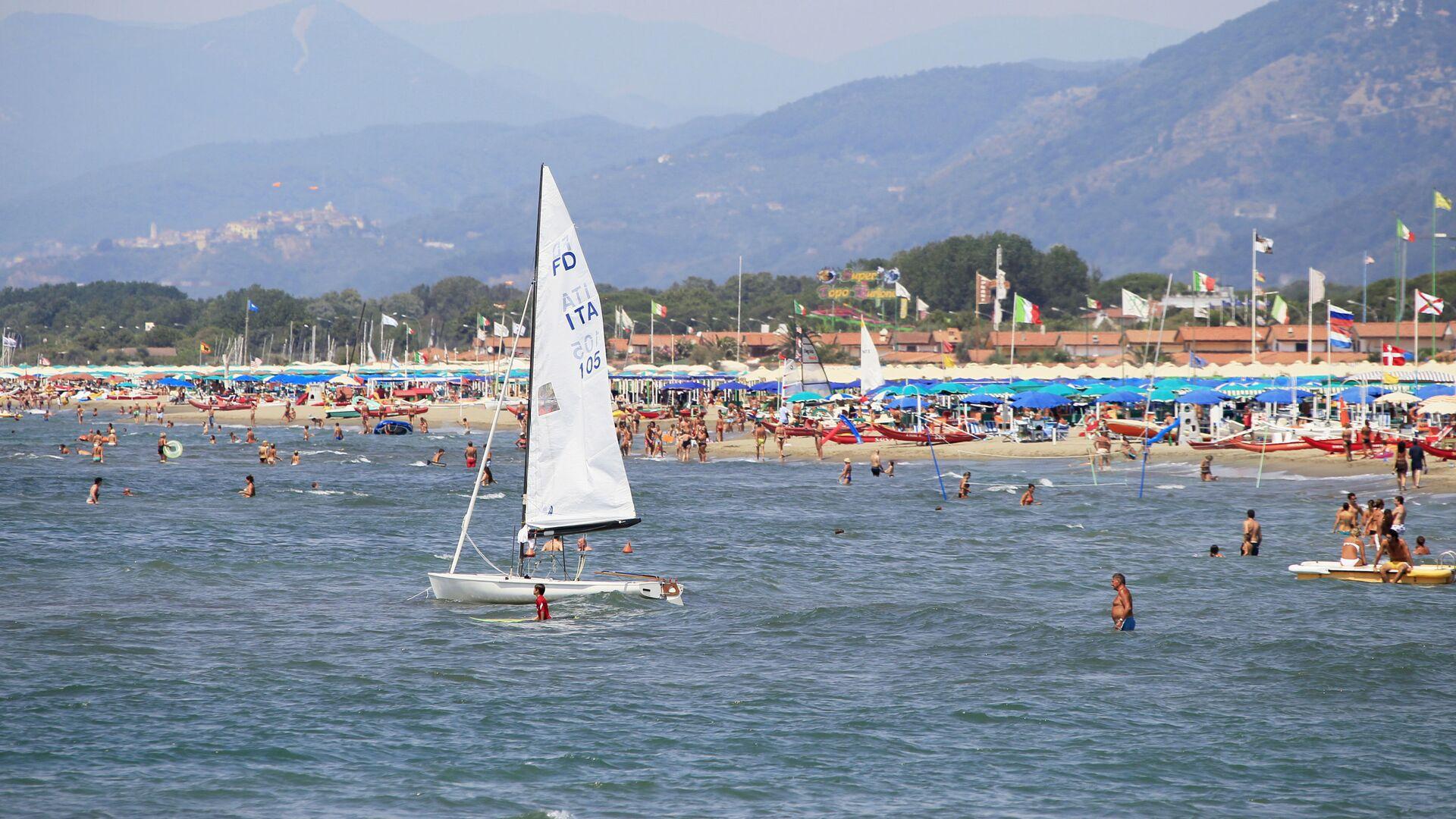 I vacanzieri sulla spiaggia a Forte dei Marmi, Toscana - Sputnik Italia, 1920, 01.08.2021