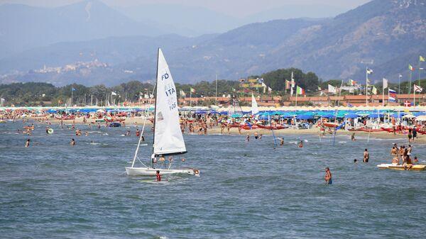I vacanzieri sulla spiaggia a Forte dei Marmi, Toscana - Sputnik Italia
