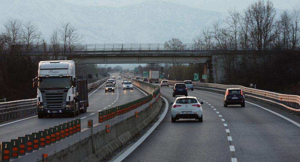 Auto su una strada in Italia