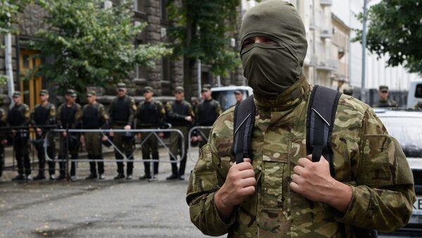 Сторонники Правого сектора во время бессрочной акции протеста у здания администрации президента Украины в Киеве - Sputnik Italia