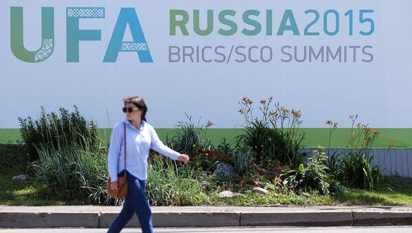 Женщина на одной из улиц Уфы в преддверии саммитов ШОС и БРИКС - Sputnik Italia