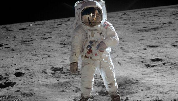 L'astronauta Buzz Aldrin sulla Luna - Sputnik Italia