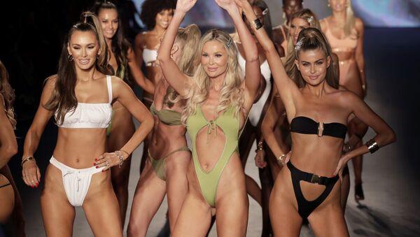 La designer Monica Hansen (al centro) saluta il pubblico durante il suo beachwear show a Miami.  - Sputnik Italia