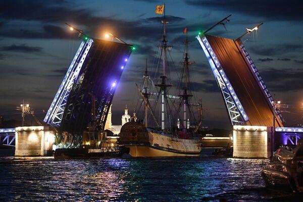 La fregata Poltava durante le prove della parata della Marina militare russa a San Pietroburgo. - Sputnik Italia