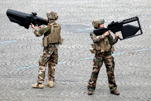 I soldati francesi durante la parata militare in occasione della presa della Bastiglia a Parigi. - Sputnik Italia
