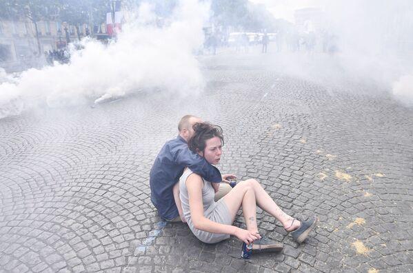 Una coppia giovane durante le manifestazioni a Parigi. - Sputnik Italia