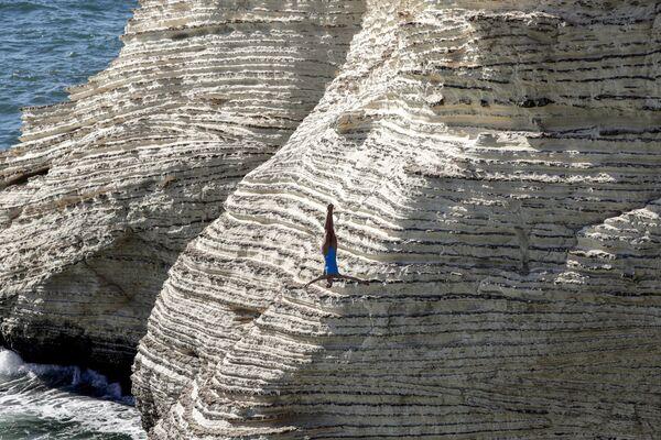 La scalatrice si tuffa da una scogliera a Beirut durante il Red Bull Cliff Diving World Series. - Sputnik Italia