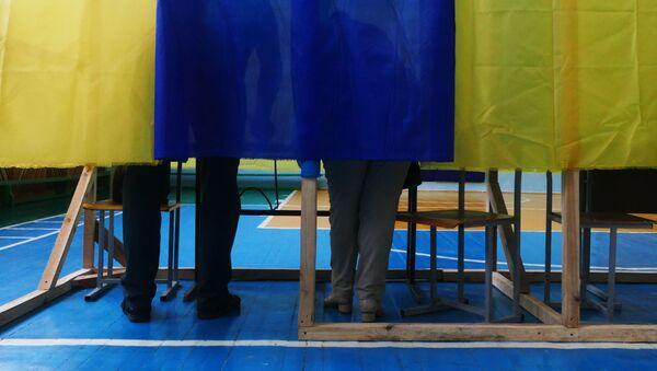 Избиратели голосуют на участке на досрочных выборах в Верховную раду Украины - Sputnik Italia