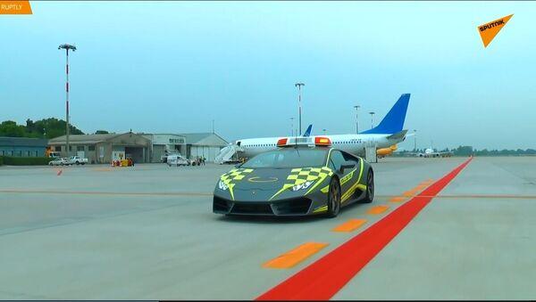 Una Lamborghini all'aeroporto di Bologna - Sputnik Italia