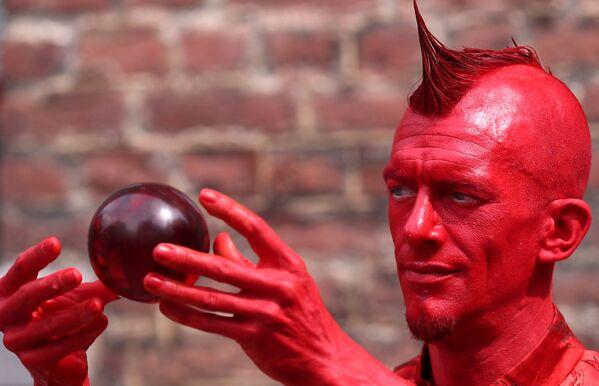 Artista Mister Rosso partecipa al Festival Statues en Marche. - Sputnik Italia