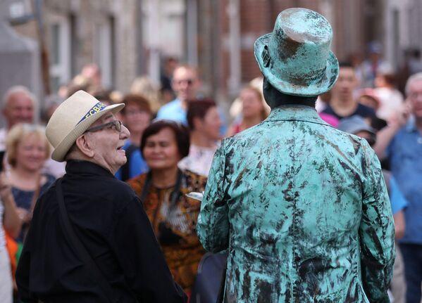 Un artista al Festival Statues en Marche in Belgio. - Sputnik Italia