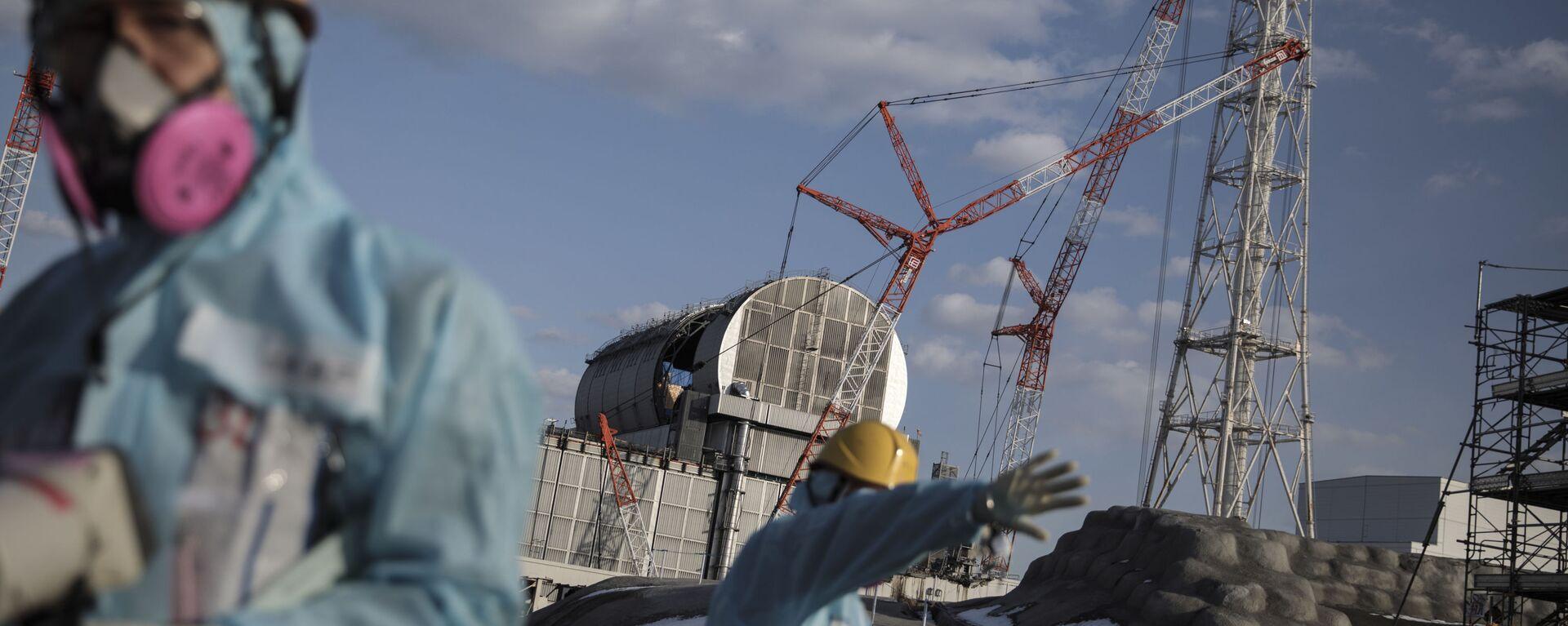 Operai di fronte alla centrale elettrica nucleare di Fukushima, Giappone - Sputnik Italia, 1920, 02.07.2021