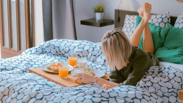 Ragazza fa colazione a letto - Sputnik Italia