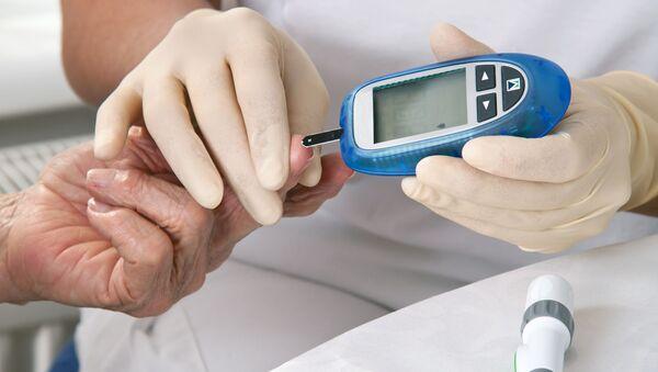 Medico misura il livello glicemico di un paziente - Sputnik Italia