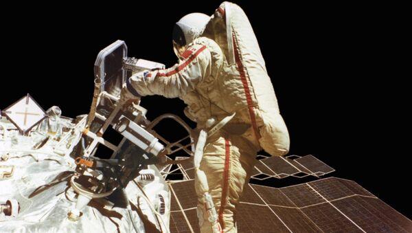 Svetlana Savitskaya nello spazio aperto - Sputnik Italia