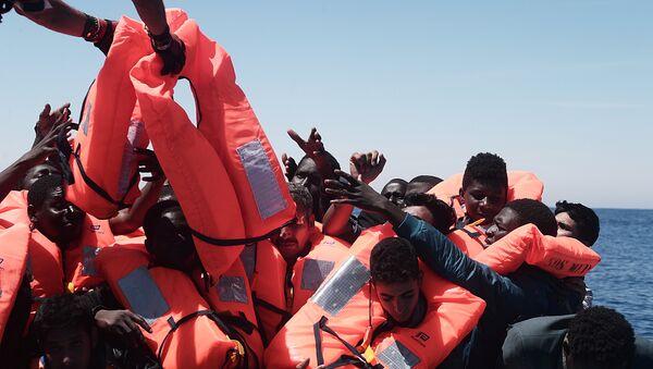 Migranti a bordo della nave Aquarius delle ONG SOS Mediteranee e Medici senza frontiere - Sputnik Italia