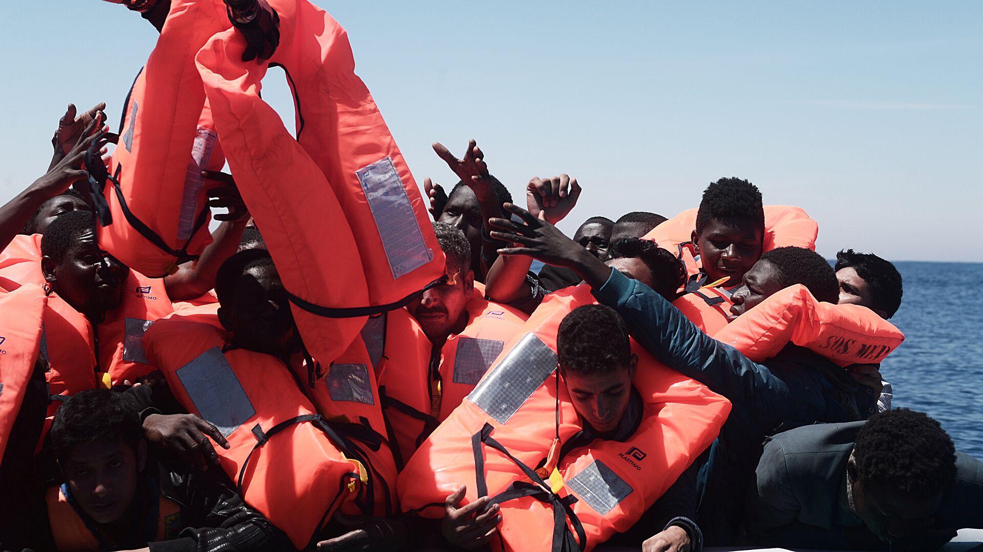 Migranti a bordo della nave Aquarius delle ONG SOS Mediteranee e Medici senza frontiere - Sputnik Italia, 1920, 23.08.2021
