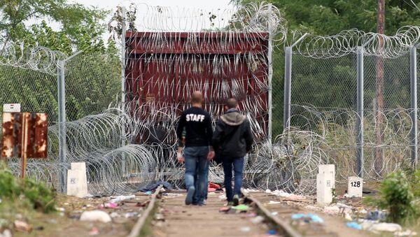 Migranti al confine tra Serbia e Ungheria - Sputnik Italia