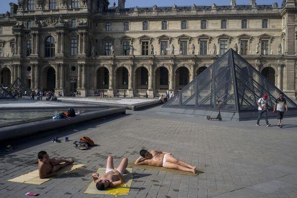 I parigini si rinfrescano vicino alle fontane del Museo del Louvre. - Sputnik Italia