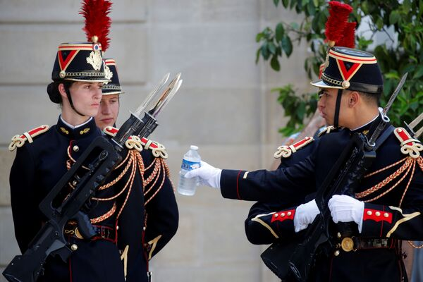 Anche le guardie del Palazzo dell'Eliseo hanno bisogno dell'acqua. - Sputnik Italia