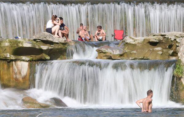 Gente chi si gode la giornata al fiume Töss, in Svizzera. - Sputnik Italia